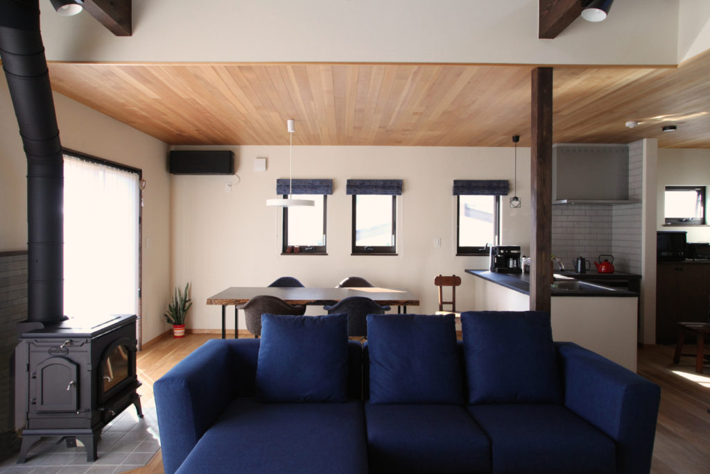 天井板張り/板張り/薪ストーブ/対面キッチン/キッチンタイル/ペンダントライト