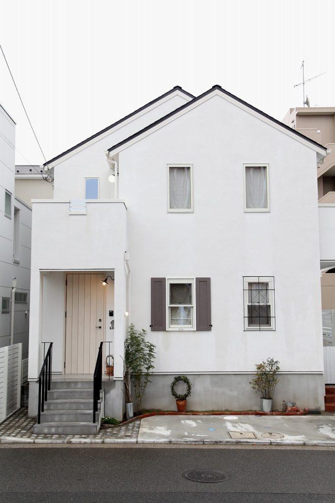 古材がアクセント、自分らしいシンプルフレンチを楽しむ暮らし(横浜)