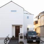 切妻屋根のシンプルな漆喰仕上げの外観