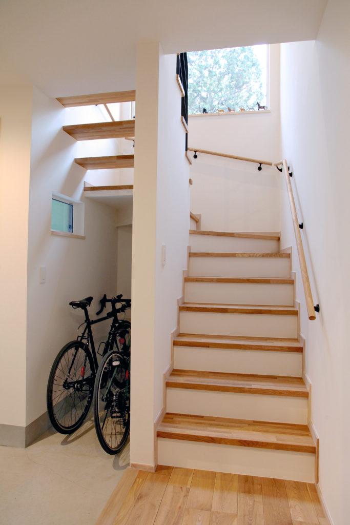 階段下収納とストリップ階段