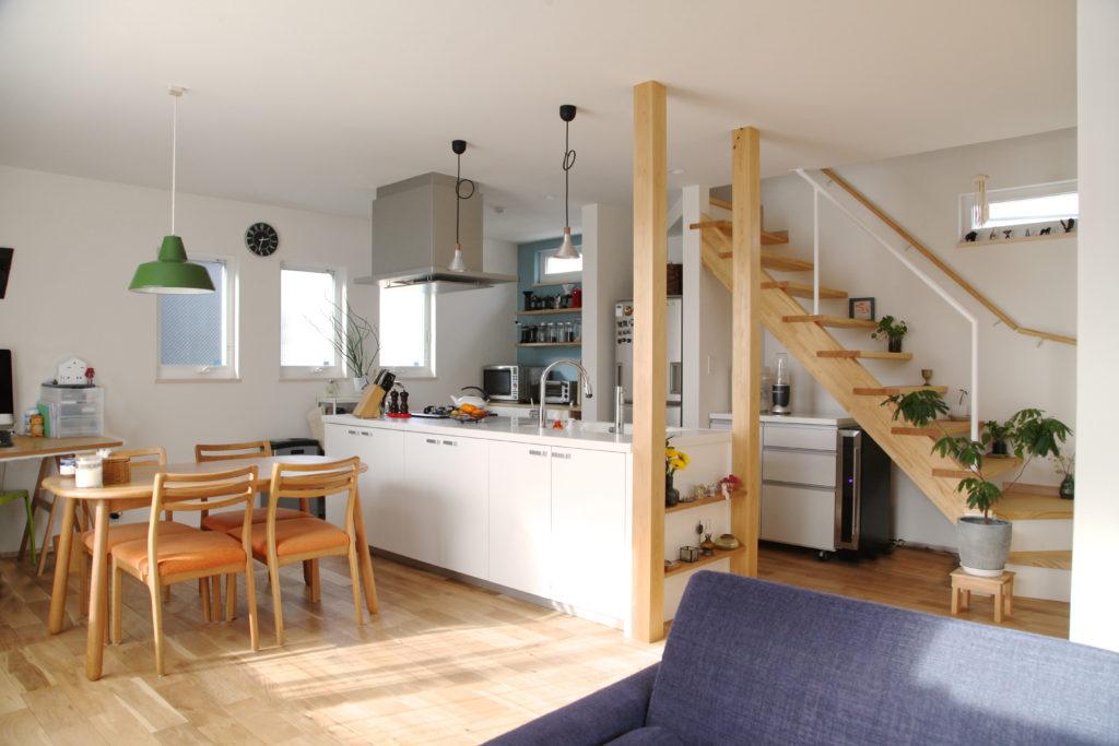 回遊動線と収納付きアイランドキッチン。ロフトをつなぐストリップ階段。