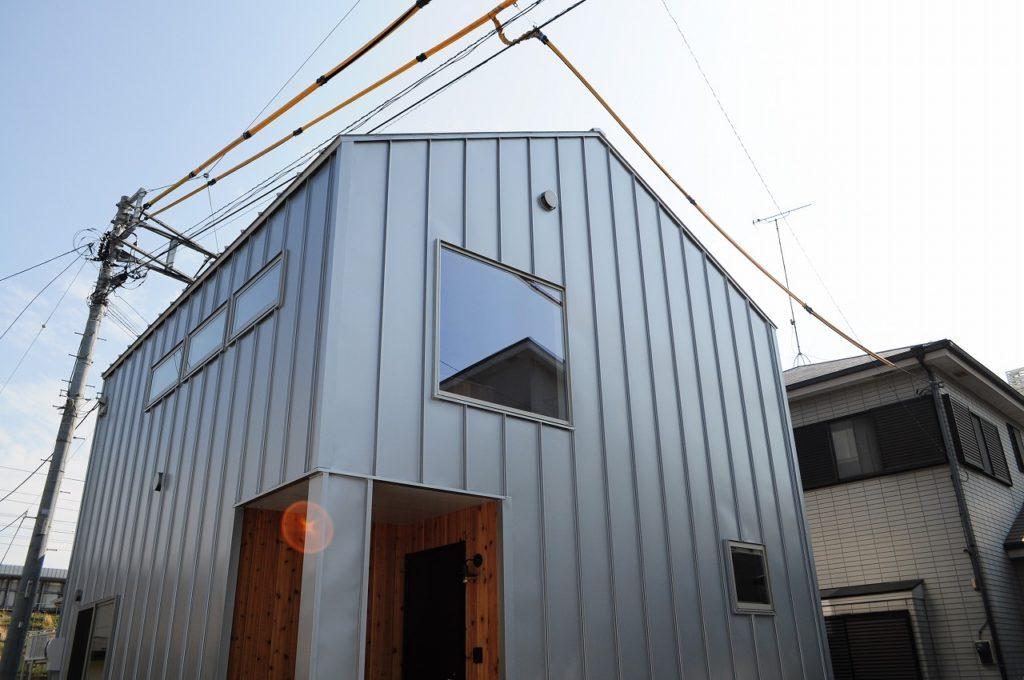 ガルバリウム鋼板と板張りアクセントの外観