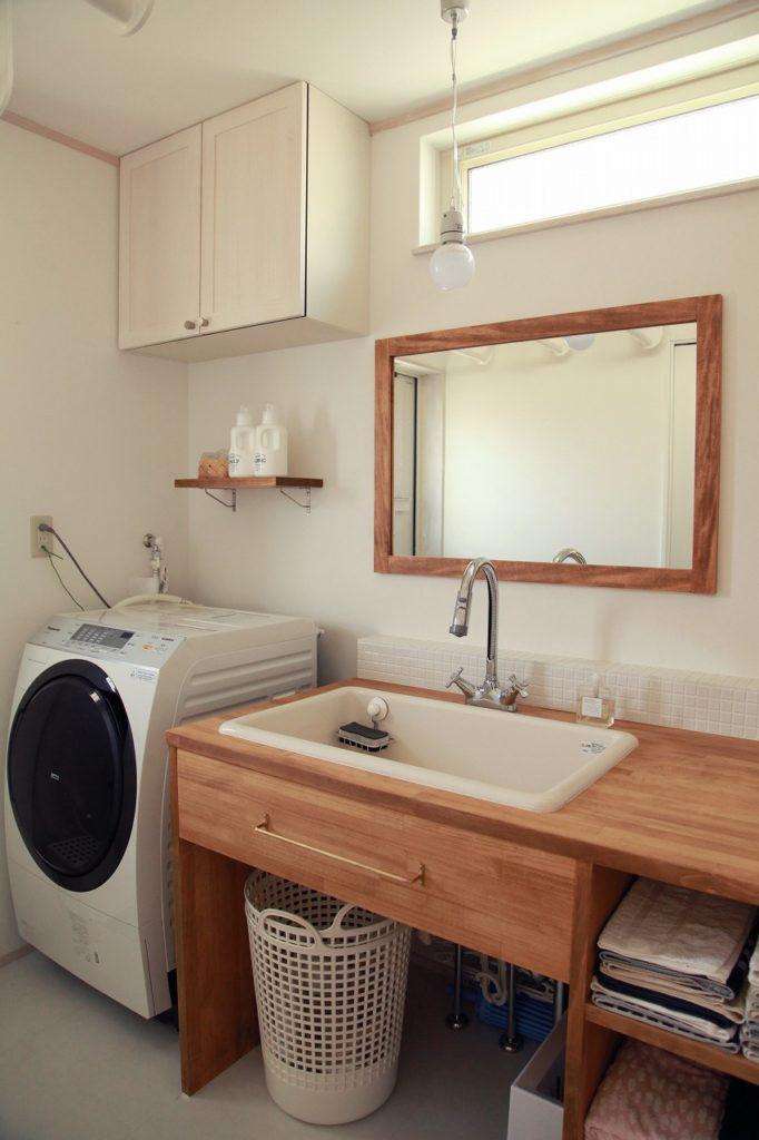 吊戸収納と洗濯機上の小棚