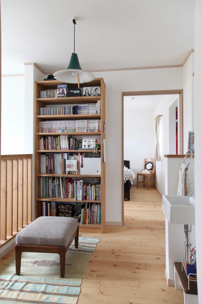 本棚収納のあるフリースペースで一息。