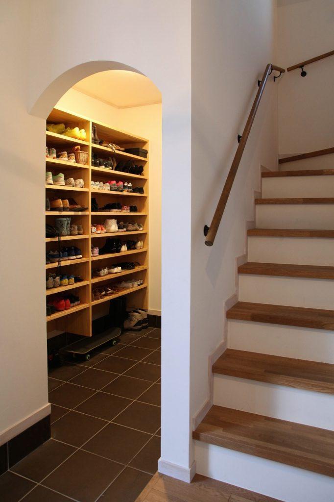R下がり壁で可愛らしさを残しつつ、すっきりシンプルにまとめたシューズクローゼット収納。