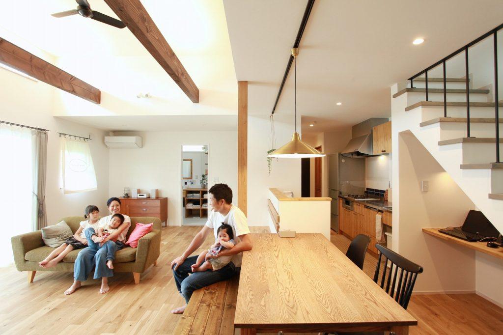回遊動線を重視した開放的なリビングダイニングキッチン