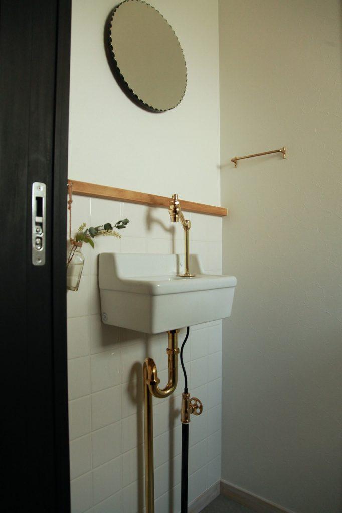 ゴールドで統一されたトイレ手洗い