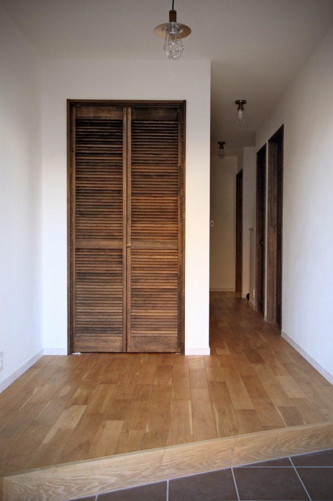木製ルーバー建具で見た目や質感にもこだわった多目的収納
