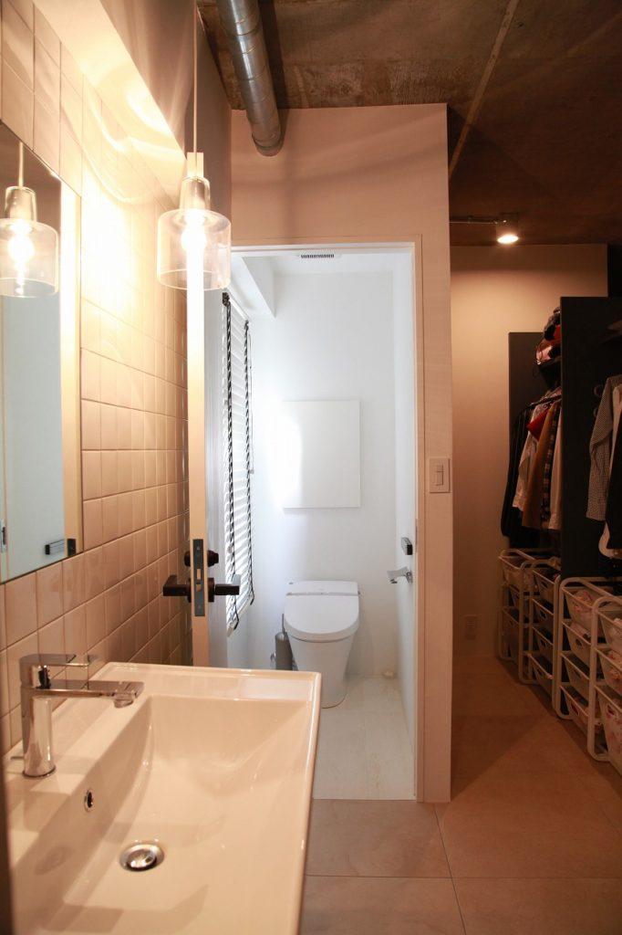 マンションながら窓のある爽やかなトイレと。玄関ホールからつながるウォークインクローゼット収納。