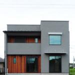 板張りアクセントとグレー色のバランスが心地よいシンプルなスクエア外観