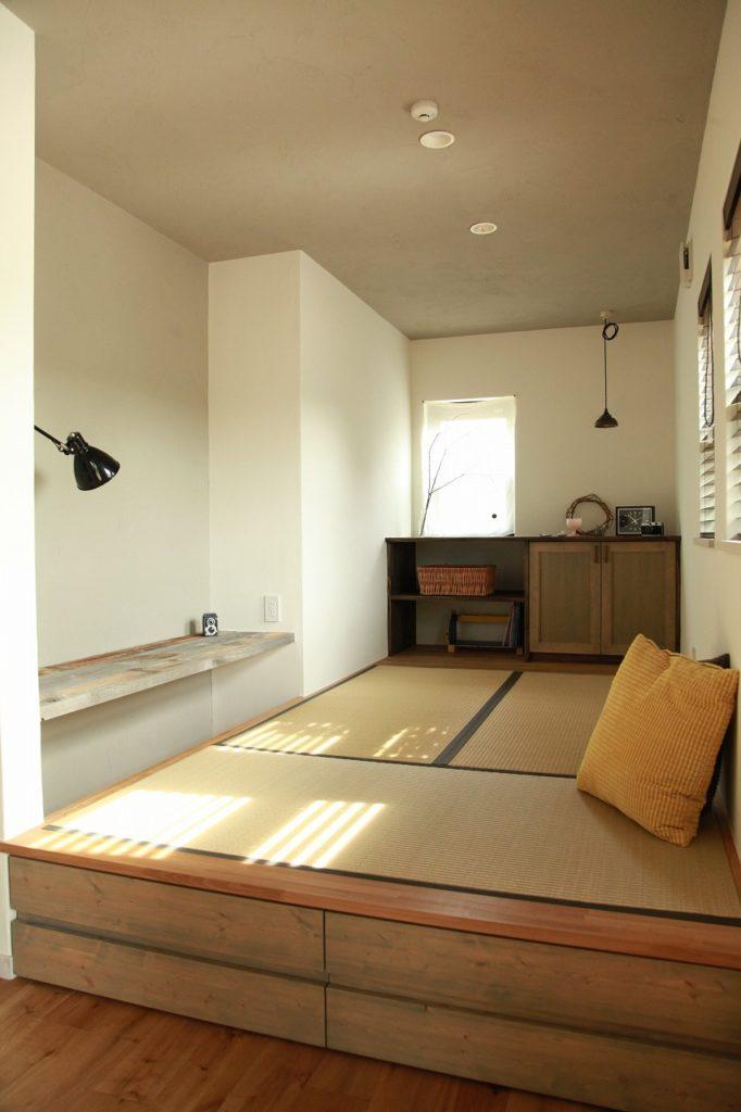 小上がり畳スペースの奥にはディスプレイを兼ねた収納を計画。サイドには堀込カウンタースペース。