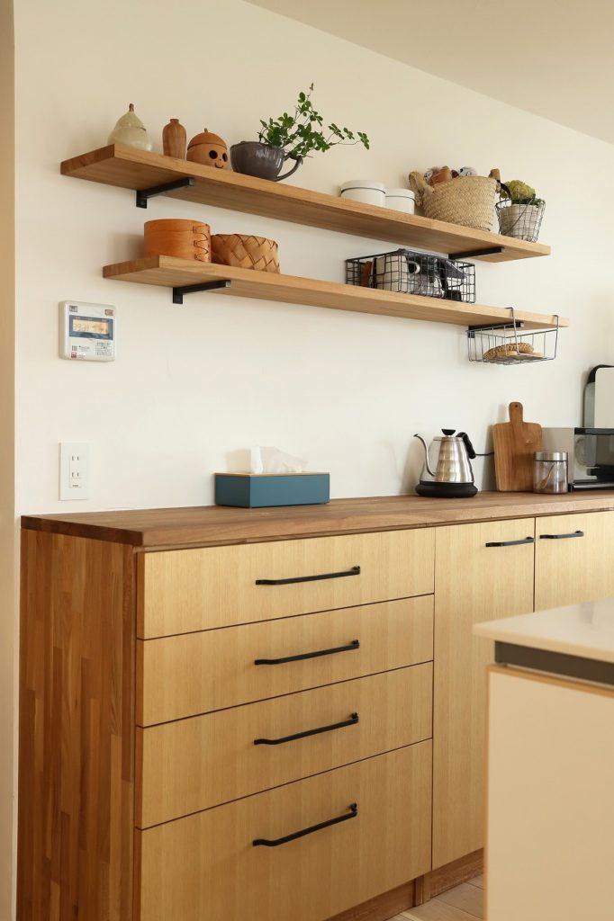 飾り棚を兼ねたキッチンディスプレイ収納