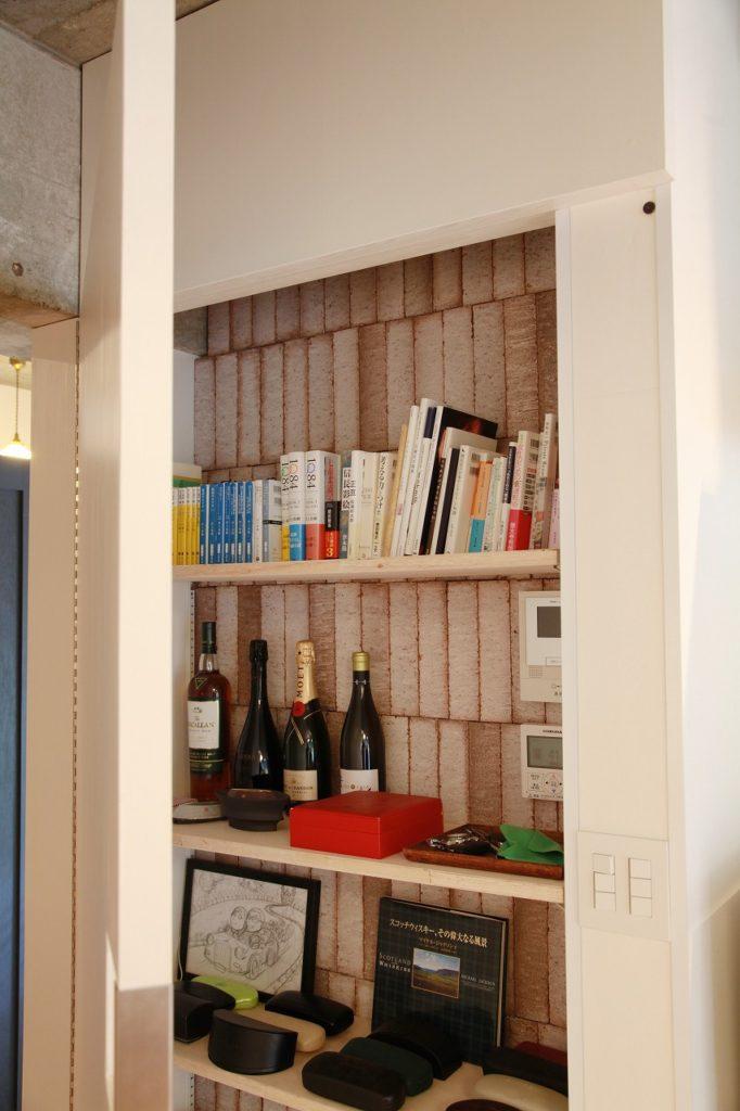 リビングドアを開けている時は収納棚が隠れて。リビングドアを閉めている時はオープン収納棚になる。表裏一体収納。