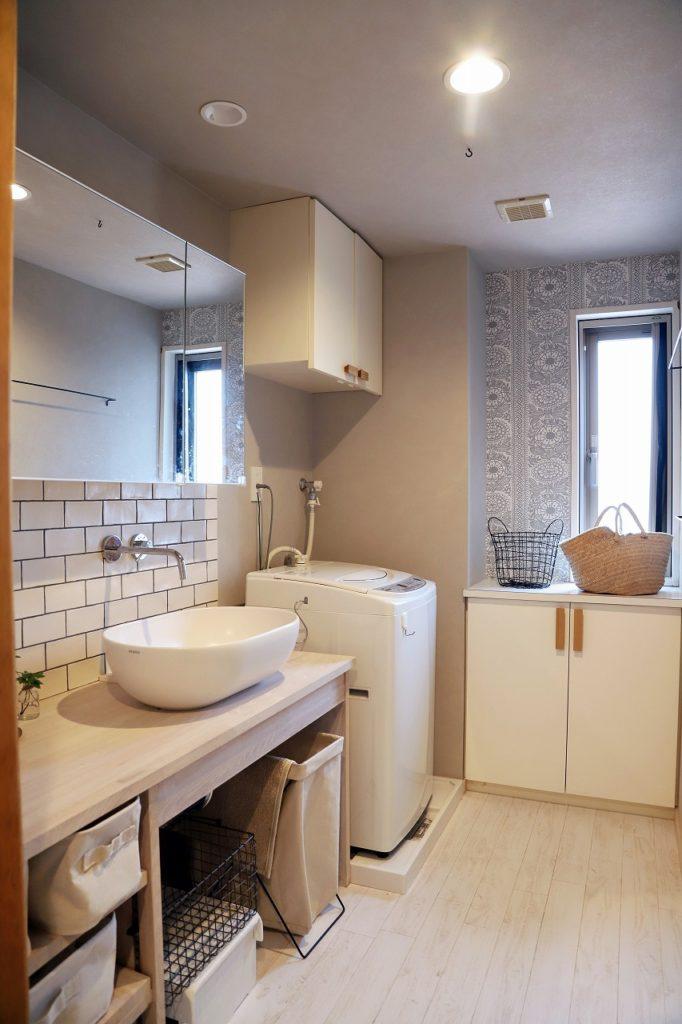 柔らかい表情で統一された洗面所とオープン収納