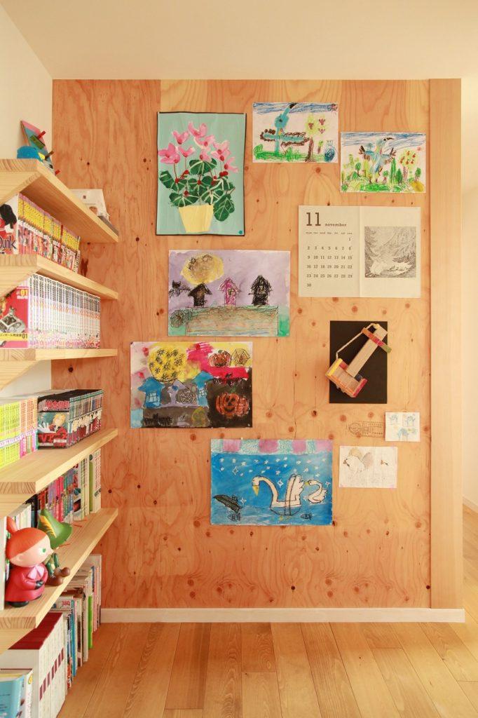 本棚収納とお子様たちの作品コーナー