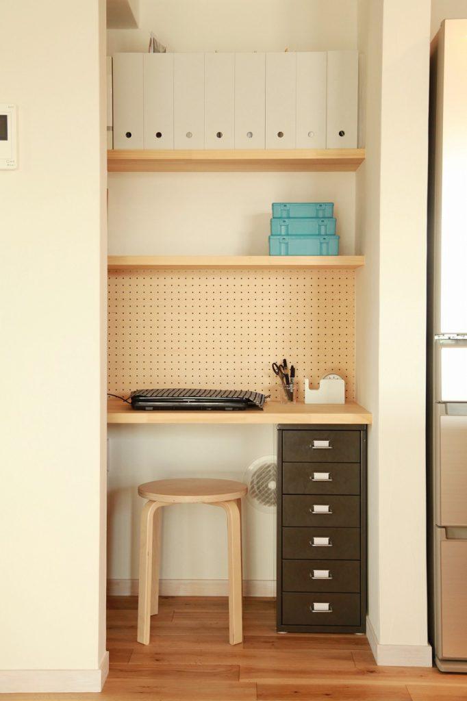 キッチン脇の階段下書斎スペースと収納棚