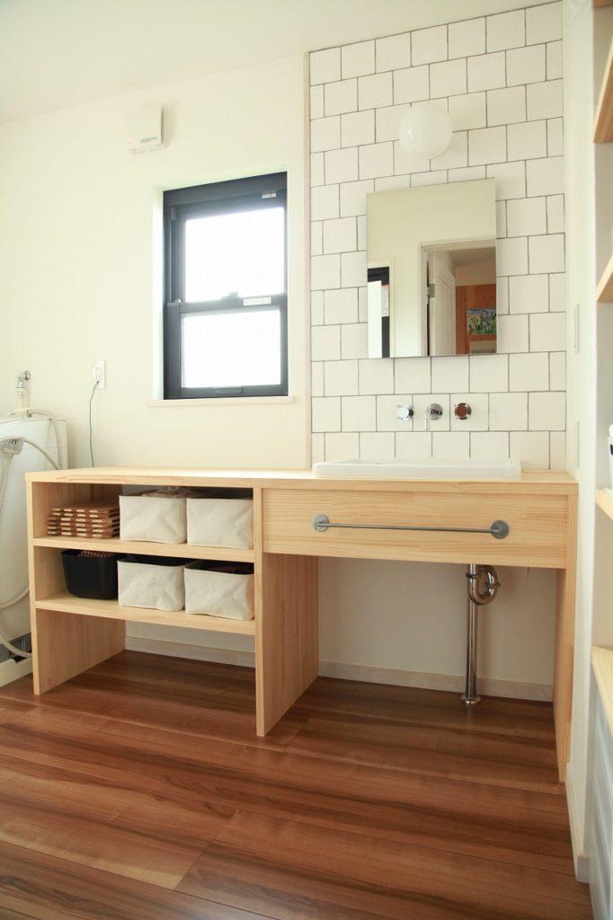 オープン収納とタイルアクセントが印象的な洗面台