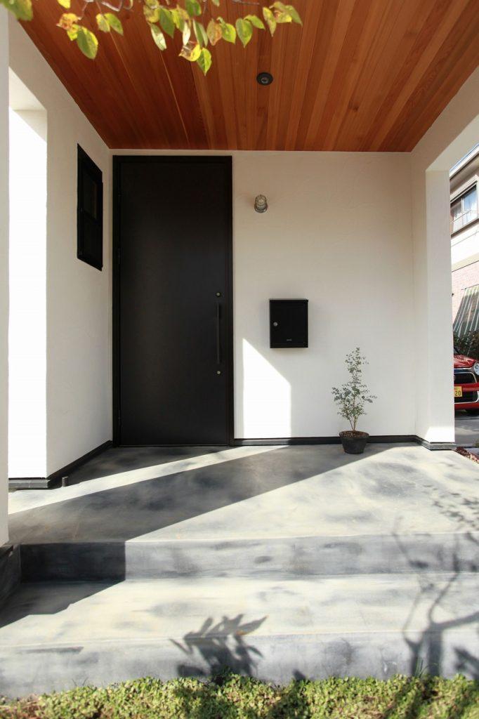 シンプルな素材選びの中に天井板張りやポーチ仕上げが特徴的な外観ポーチ