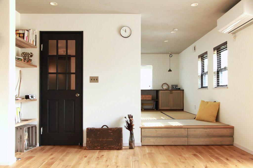 木製ガラスドアと小上がり畳スペース。小上がりの下には引出し収納でスペースを有効活用。