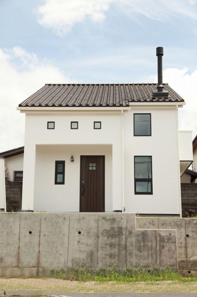 瓦屋根と薪ストーブ屋根の映えるモノトーン外観